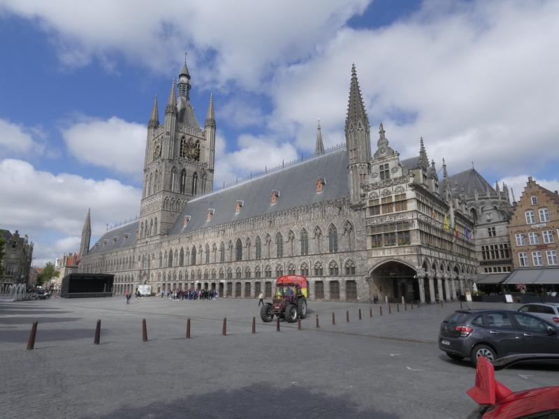 Ypres / Ieper - Lakenhalle (Cloth Hall) and Grote Markt