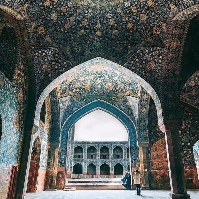 Facinating iranian islamic architecture of Shah Mosque to visit while traveling to Isfahan in Iran